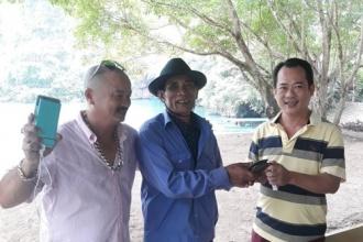 Nhân viên Bến thuyền Du lịch Phong Nha trả lại tài sản cho du khách